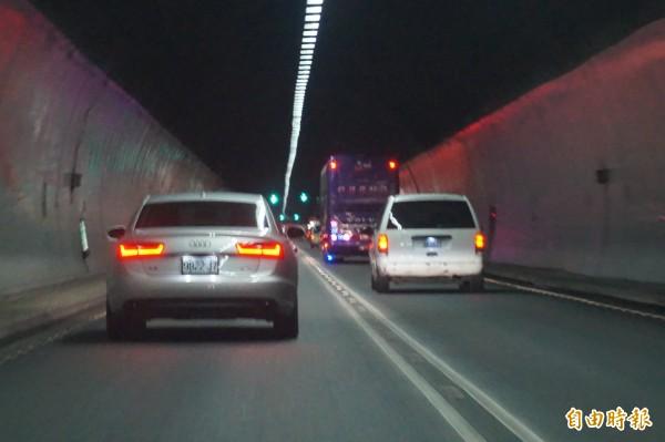 雪山隧道禁行3.5噸以上大貨車,引發宜蘭貨運業者的反彈。(記者林敬倫攝)