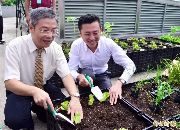 新竹市長林智堅(右)與元培科技大學校長林志城一同在屋頂上種菜。(記者蔡彰盛攝)