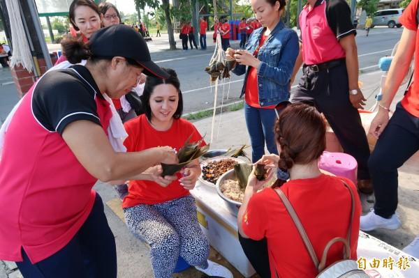 來自中亞內陸國家吉爾吉斯的正妹社工,下場體驗人生第一次的包肉粽。(記者黃佳琳攝)