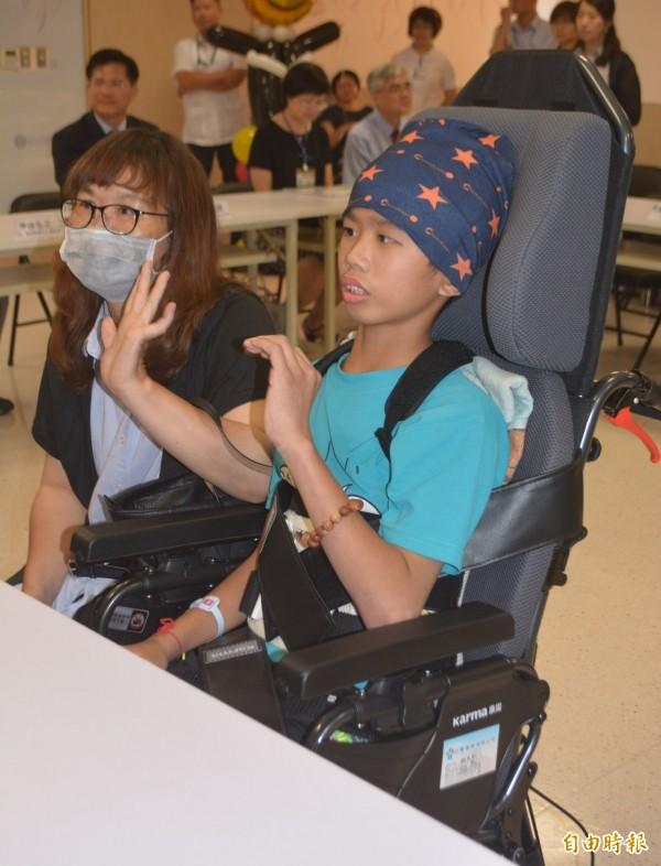 奇蹟甦醒的王宏至(右),今天會揮手和大家打招呼,還親口說:「我是王宏至,謝謝大家我會加油!」(記者陳建志攝)