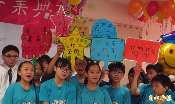 王宏至的同學特別製作手板鼓勵他,告訴他「小至,大家都在等你」。(記者陳建志攝)
