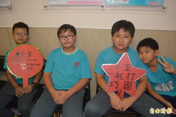 王宏至的同學特別製作手板鼓勵他,要他早日好起來一起打球。(記者陳建志攝)