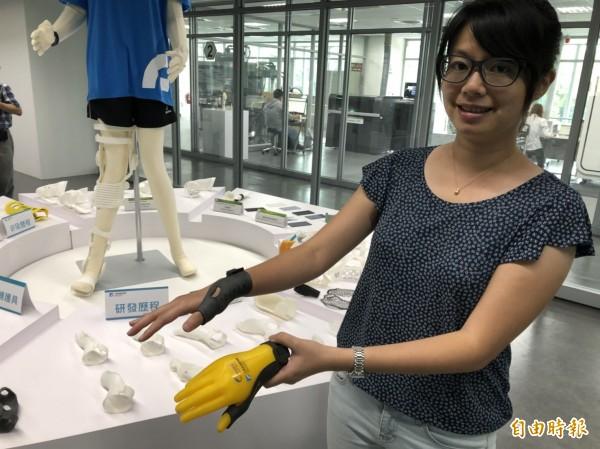有家庭主婦抱小孩、做家務,導致手部肌腱發炎變成「媽媽手」,新竹馬偕醫院與工研院透過合作,共同開發「3D列印設計服務共創平台」,完成媽媽手客製化3D列印輔護具。(記者王駿杰攝)
