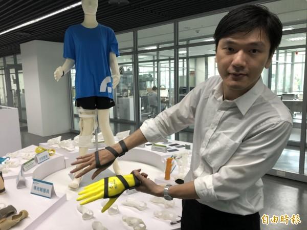 有不少民眾因長時間使用滑鼠造成腕神經壓迫,形成「滑鼠手」,新竹馬偕醫院與工研院透過合作,共同開發「3D列印設計服務共創平台」,完成滑鼠手客製化3D列印輔護具。(記者王駿杰攝)