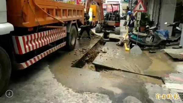 彰化市三民路疑因天然氣管線被挖破,造成大量天然氣外洩,「嘶嘶」作響令人害怕。(記者湯世名攝)