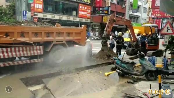 彰化市三民路疑因施工不慎挖破管線,造成大量天然氣外洩,消防員噴水降溫並沖散瓦斯味。(記者湯世名攝)