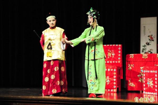 靜宜大學中文系「南管戲曲校園推廣計畫」,學員擔綱演出「管甫送」。(記者張軒哲攝)