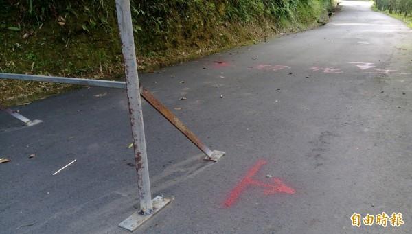 基隆市寵物銀行因為山下的地主逕行封路擋道,導致動保所的相關車輛無法進出,運作被迫停擺。(記者林欣漢攝)