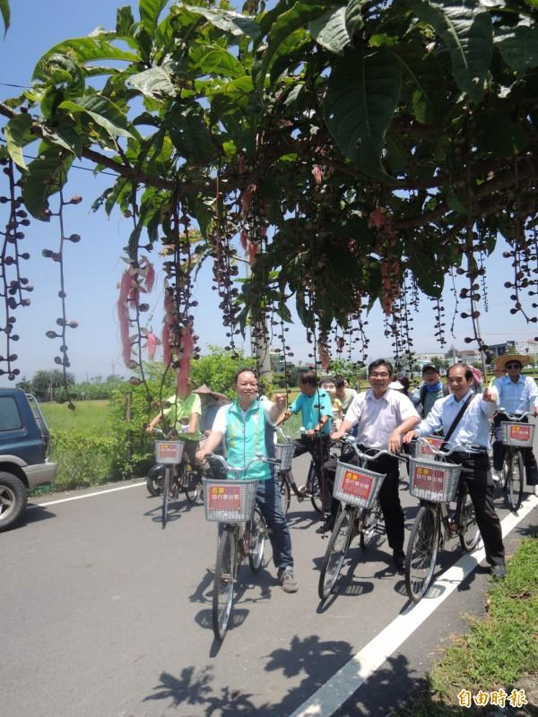 五結鄉公所與民宿業者合辦五十二甲濕地輕旅行,邀大家騎單車體驗夏夜煙火。(記者江志雄攝)