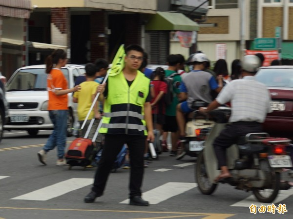 替代役男在交通導護工作上,給學校很大的幫助。(記者詹士弘攝)