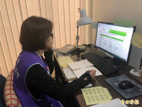 桃園市生命線協會目前有139位志工,但去年接線率只有25.44%,急需招募。(記者陳昀攝)