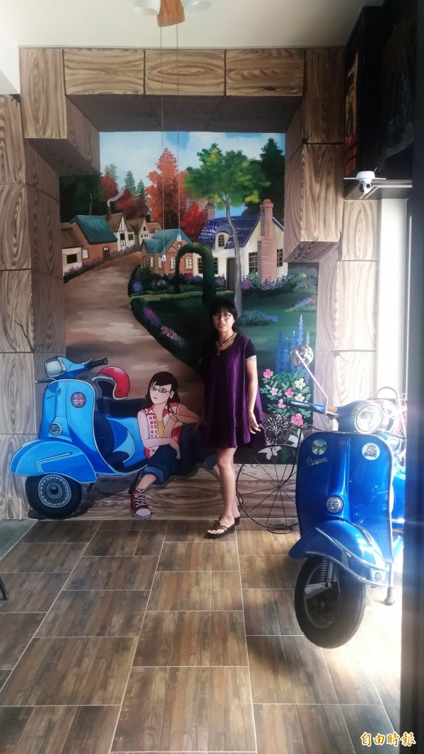 熱愛老偉士牌機車的北港拼布老師周秀惠不僅牆上有3D彩繪,工作室就擺著一輛偉士牌實體車當裝飾。(記者廖淑玲攝)