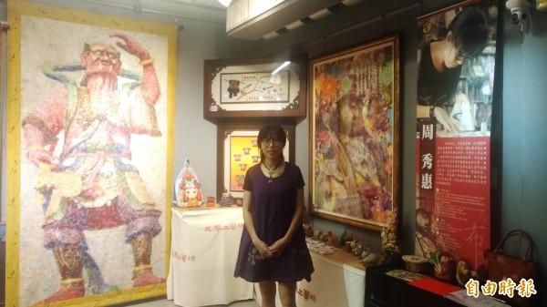 熱愛偉士牌老機車的周秀惠,拼布作品正在北港工藝中心展出。(記者廖淑玲攝)