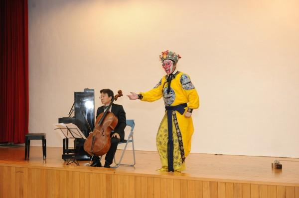 在張正傑(左)大提琴伴奏下,朱陸豪展現京劇武生身段。(圖:中鋼集團基金會提供)