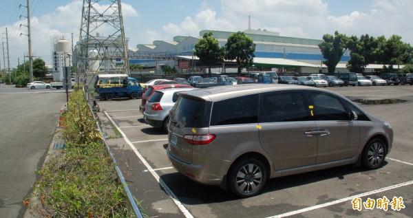 林男駕駛的褐色休旅車被移置在交通隊保管場,林男竟鬼鬼崇崇翻過矮牆欲取回該部車。(記者李立法攝)