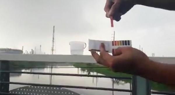 網友以試紙測試林園下酸雨,環保局表示,今年pH值正常,是全國第二好。(擷取自鬼島狂新聞)
