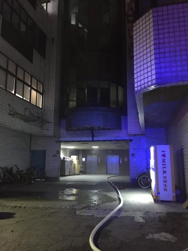 桃園龜山工廠火警,現場回報存放大量溶劑。(記者鄭淑婷翻攝)