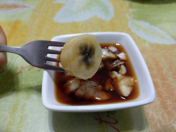 賴神的煮香蕉不好吃?花蓮網友直接做實驗,青蕉煮熟切片去皮沾蒜頭醬油,口感像菱角。(網友提供)
