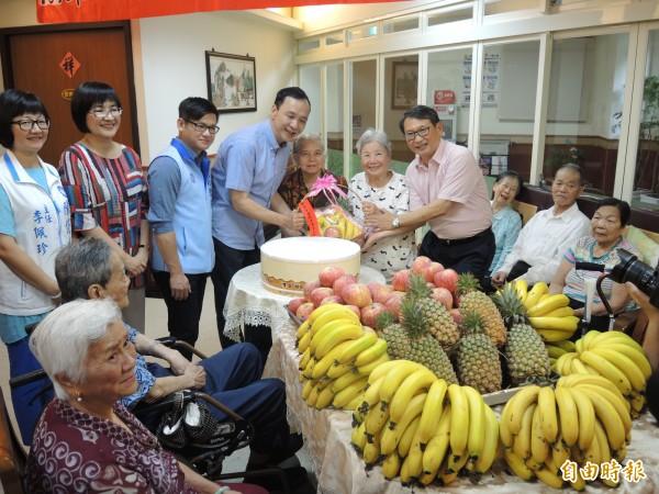 朱立倫端午節賀節行程,攜帶大批香蕉鳳梨,請大家幫忙辛苦的果農消化。(記者翁聿煌攝)
