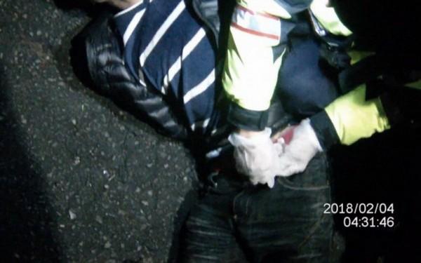陳男被警方壓制逮捕。(記者彭健禮翻攝)