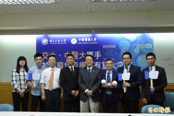 交通大學與中國醫藥大學攜手,針對癌症,將奈米科技與抗癌藥物結合,創出具有雙重免疫調節的「奈米免疫褐藻醣藥物」,獲國際期刊「自然奈米科技」刊登。(記者吳柏軒攝)