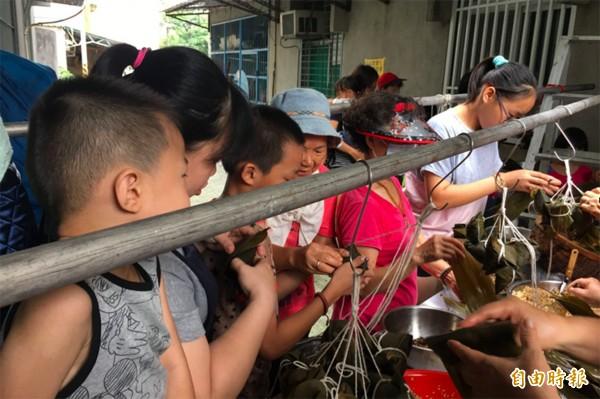 端午前夕,屏東彩虹家園送獨老500顆粽。(彩虹家園提供)(記者邱芷柔攝)