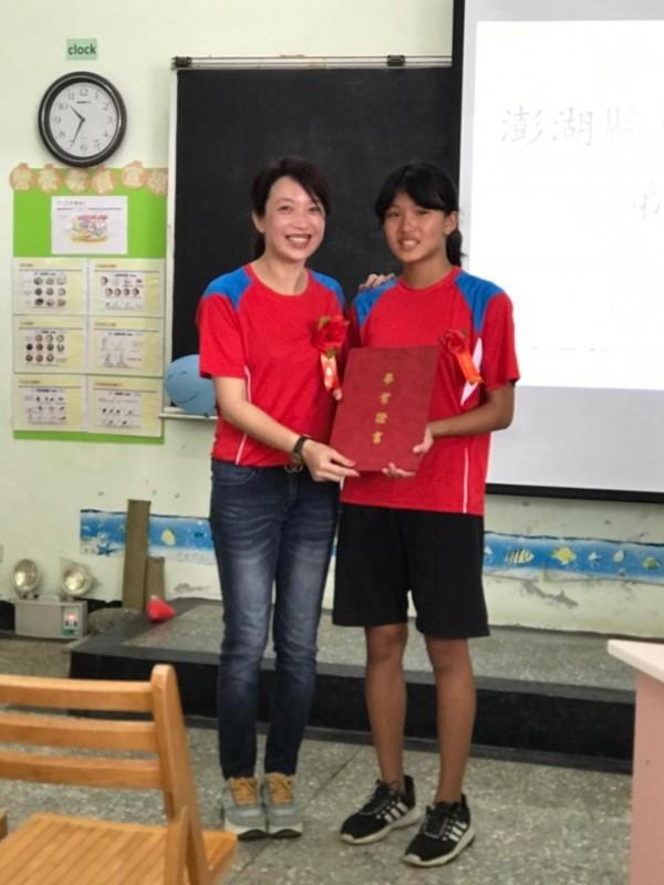 今年虎井國小僅有1位畢業生陳俞蓁,由校長林妍伶手中接獲畢業證書。(圖由虎井國小提供)