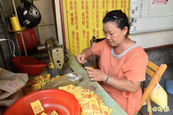 北港鎮安宮端午節限量「虎仔香」香包是由廟方志工手工縫製。(記者黃淑莉攝)