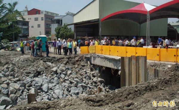 屏東市萬年溪水患問題的「最後一哩路」整治工程,今天開工。(記者李立法攝)