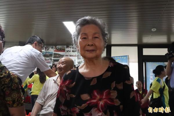 86歲的黃秀英阿嬤年輕時的照片,已有54年歷史,年代最久,她說,老眷村房子破舊生活清苦,但當年生活中的歡笑與淚水,令人難忘。(記者林敬倫攝)