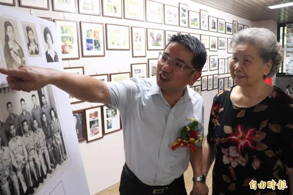 黃秀英(右)向宜蘭市長江聰淵(左)介紹當年的照片。(記者林敬倫攝)