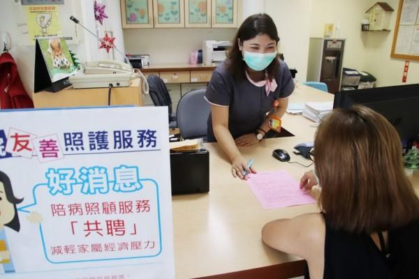 東基在辦理住院手續的櫃檯以告示方式,提供有需求的病患家屬共聘資源。(記者王秀亭翻攝)