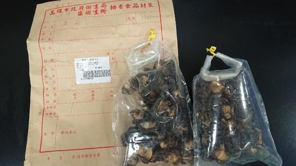 高雄市端午粽子稽查1件香菇檢出農藥超標4.5倍。(圖由衛生局提供)