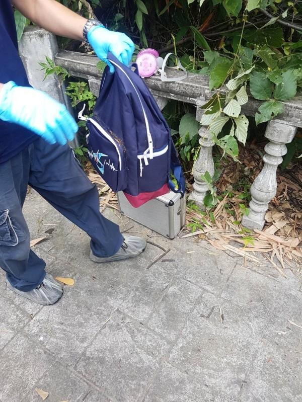 警方在包包內找到證件,確認王姓婦人身分。(記者徐聖倫翻攝)