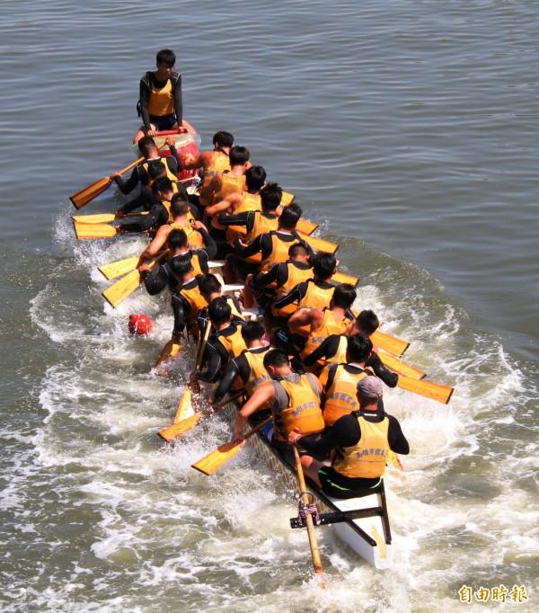 愛河龍舟賽將於6月16日至18日舉行,各隊加緊練習。(記者黃旭磊攝)