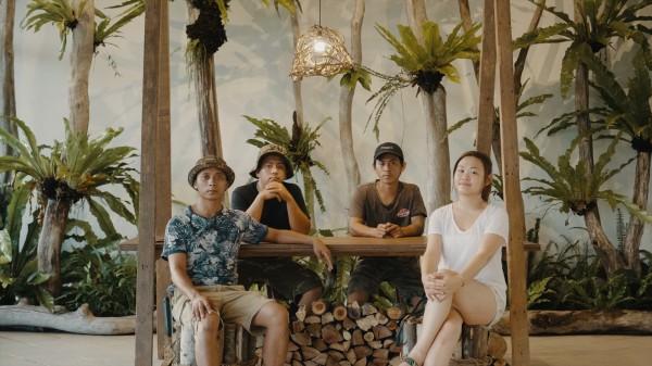 謝聖華(前排左一)打造「Ina的記憶花園」,分享排灣族人的生活美感。(記者陳賢義翻攝)