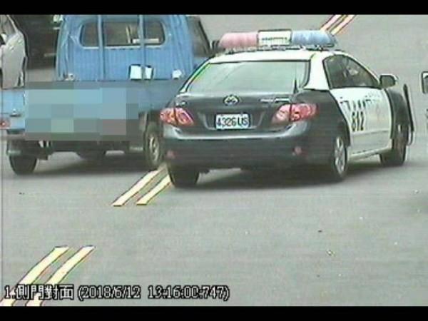 警方駕車攔檢詹男車輛,詹男卻駕藍色自小貨車逆向逃逸。(記者曾迺強翻攝)