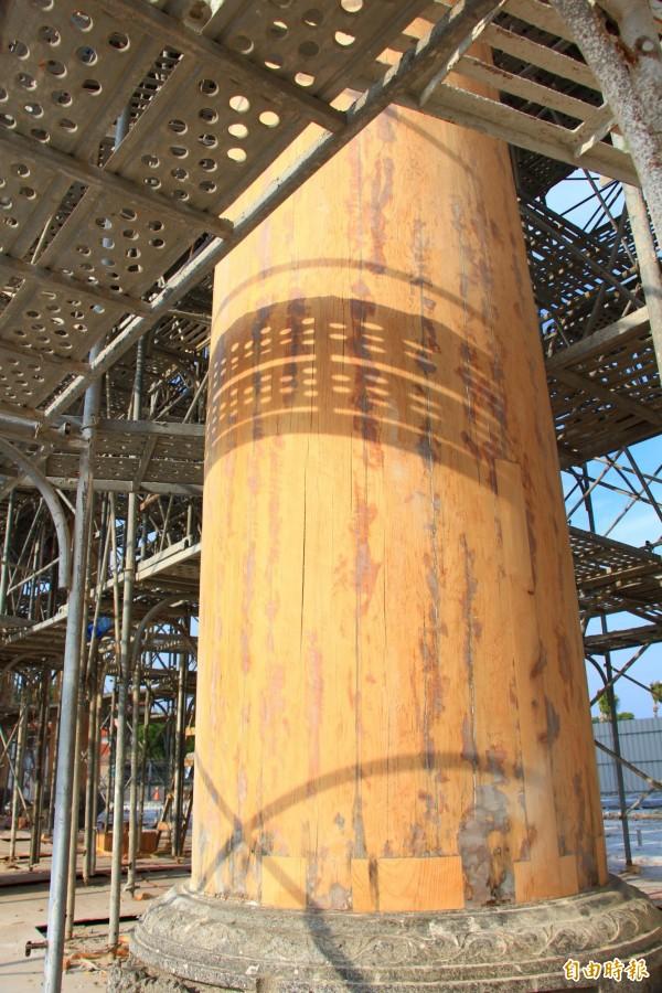 南鯤鯓廟山門大牌樓的立柱,是千年檜木。(記者楊金城攝)