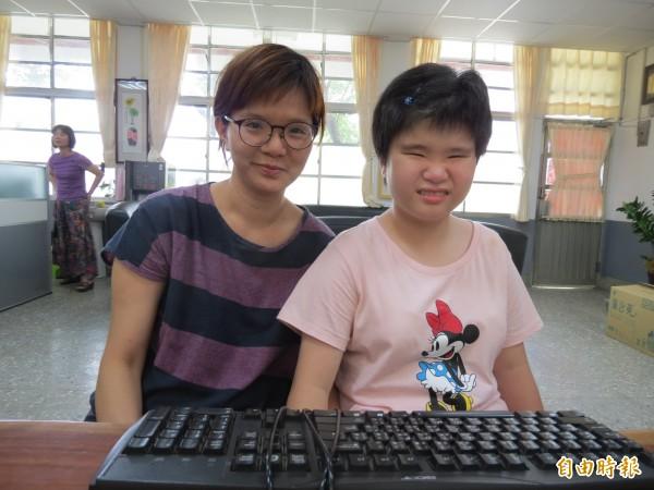 小宇在媽媽(左)的協助下,得以進入喀哩國小普通班,文采大爆發。(記者蘇金鳳攝)
