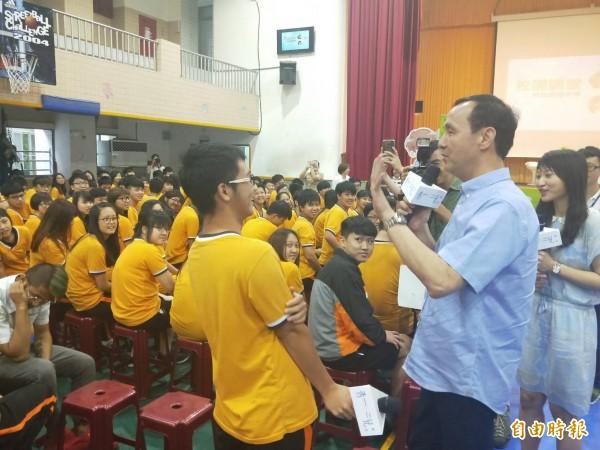 朱立倫(右)與學生互動熱絡。(記者林欣漢攝)