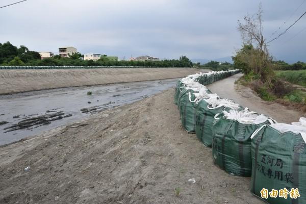 石牛溪斗南善功橋段去年溢堤造成嚴重災情,五河局採取緊急措施以太空包墊高堤岸。(記者黃淑莉攝)