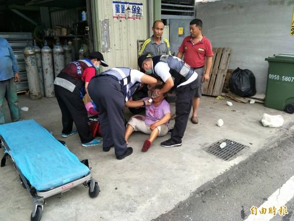 救護人員查看老婦的傷勢,並進行初步治療。(記者洪定宏翻攝)