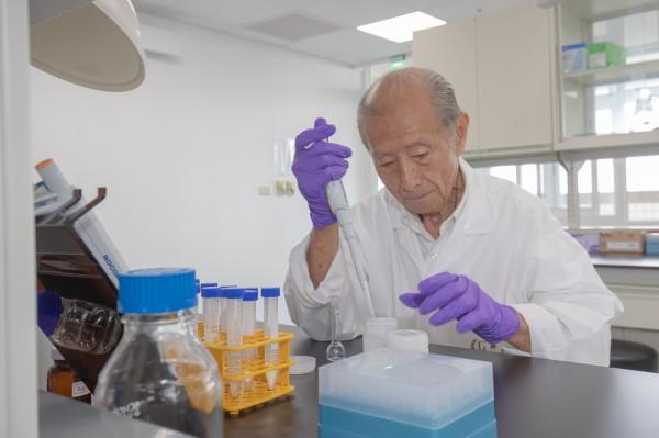 張鶴齡為釀造口感極佳的溫泉酒醋,每天都進出實驗室,積極研究,終於成功。(嘉南藥理大學提供)(記者萬于甄攝)