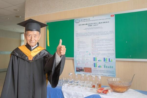 嘉南藥理大學87歲碩士生張鶴齡專研溫泉酒釀造技術,不僅讓他順利畢業,該技術也將申請專利。(嘉南藥理大學提供)(記者萬于甄攝)