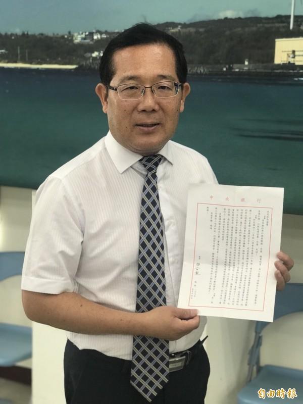 楊金龍透過信件委託校長趙信光鼓勵母校學弟妹。(記者蔡宗憲攝)