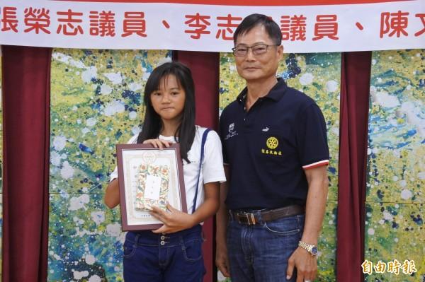 央行總裁獎由楊金龍小學同學陳在古頒發。(記者蔡宗憲攝)