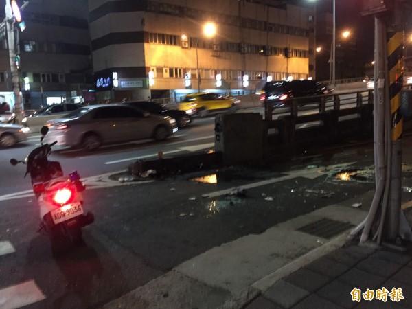 所幸計程車翻覆的地點是通往橋下的道路,並未嚴重影響雙北交通。(記者陳恩惠攝)
