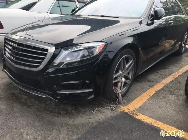 警方在輪框上鎖鐵鍊,確保這輛豪車的安全。(記者吳昇儒攝)