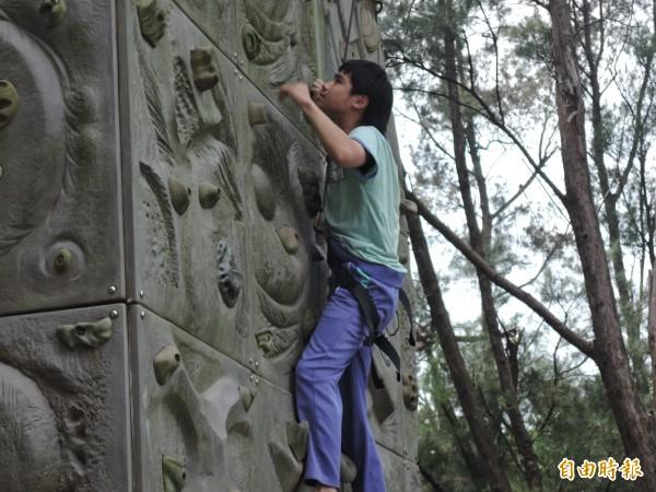 大坡國中體育課加入攀岩特色課程,實踐全人教育精神。(記者許倬勛攝)