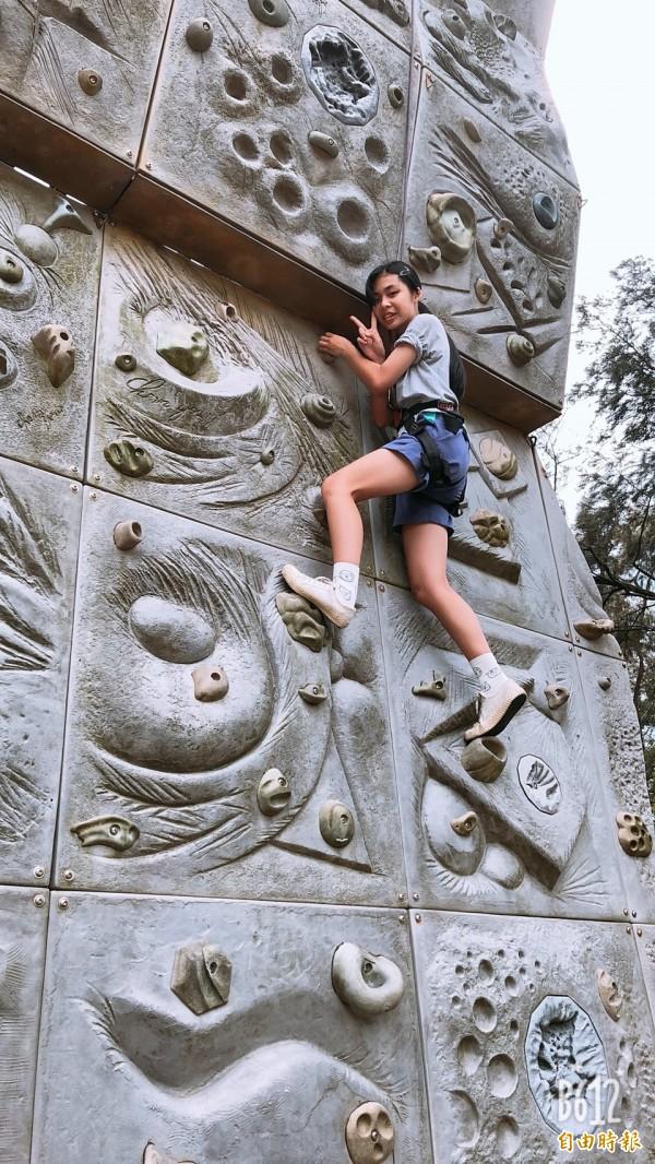 大坡國中每個學生都得在畢業前,攀岩塔總共有4面、高達30公尺全部完成才算及格。(記者許倬勛攝)
